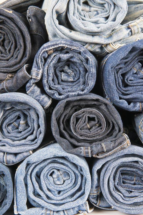 Rolls de différentes blues-jean utilisées empilées photographie stock