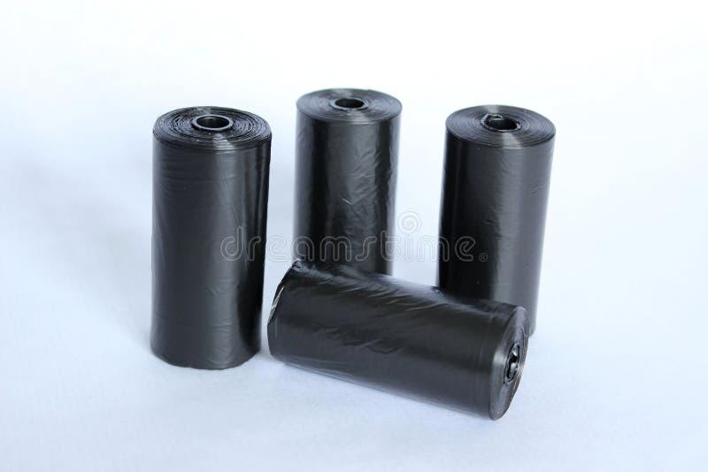 Rolls de la bolsa negra para recoger los excrementos caninos foto de archivo libre de regalías