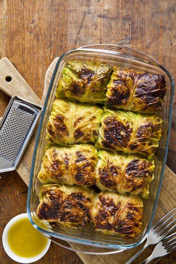 Rolls de la col y de la carne coció en el horno con el queso parmesano imagen de archivo libre de regalías