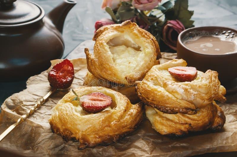 Rolls de la pasta de hojaldre y del queso, europeo hecho en casa Bollos hechos en casa para el té imagen de archivo libre de regalías