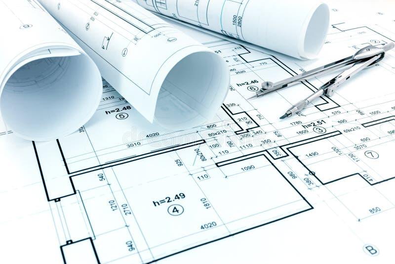 Rolls de modelos, compás de dibujo y plan arquitectónico de a fotografía de archivo