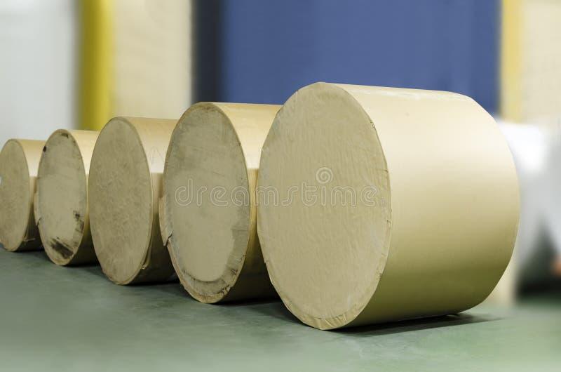Rolls de papier a aligné pour l'usine d'impression de compensation photographie stock libre de droits