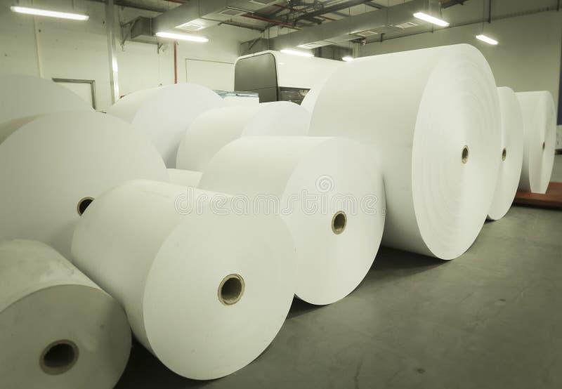 Rolls de papier dans la maison d'impression images libres de droits