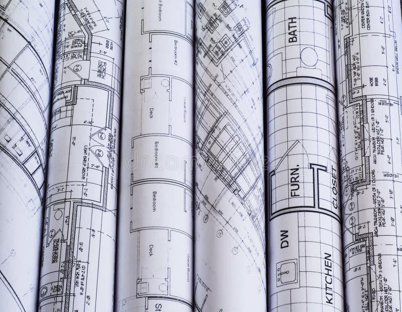 Rolls de planos dos modelos & da casa da arquitetura Fundo imagens de stock royalty free