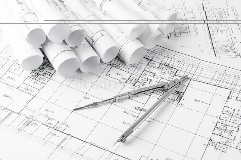 Rolls de planos dos modelos e da casa da arquitetura fotos de stock royalty free
