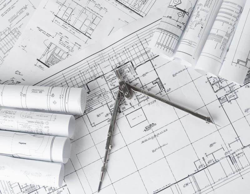 Rolls de planos dos modelos e da casa da arquitetura imagens de stock royalty free
