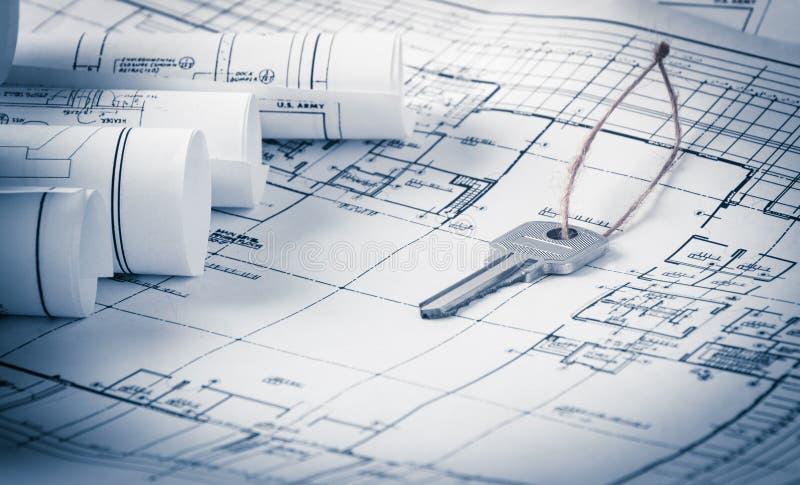 Rolls de planos dos modelos e da casa da arquitetura imagens de stock