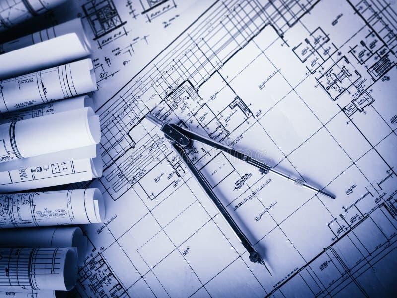 Rolls de planos dos modelos e da casa da arquitetura foto de stock royalty free
