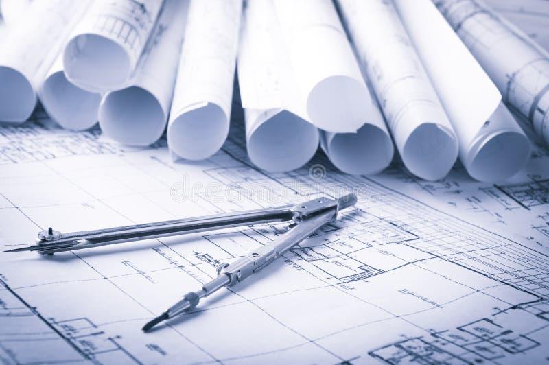 Rolls de planos dos modelos e da casa da arquitetura imagem de stock