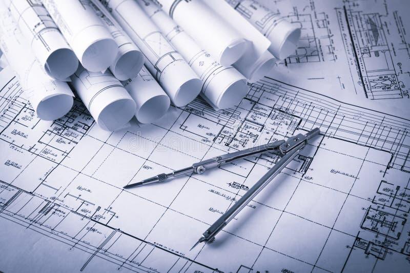 Rolls de planos dos modelos e da casa da arquitetura fotografia de stock