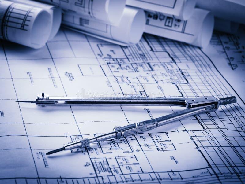 Rolls de planos dos modelos e da casa da arquitetura fotografia de stock royalty free