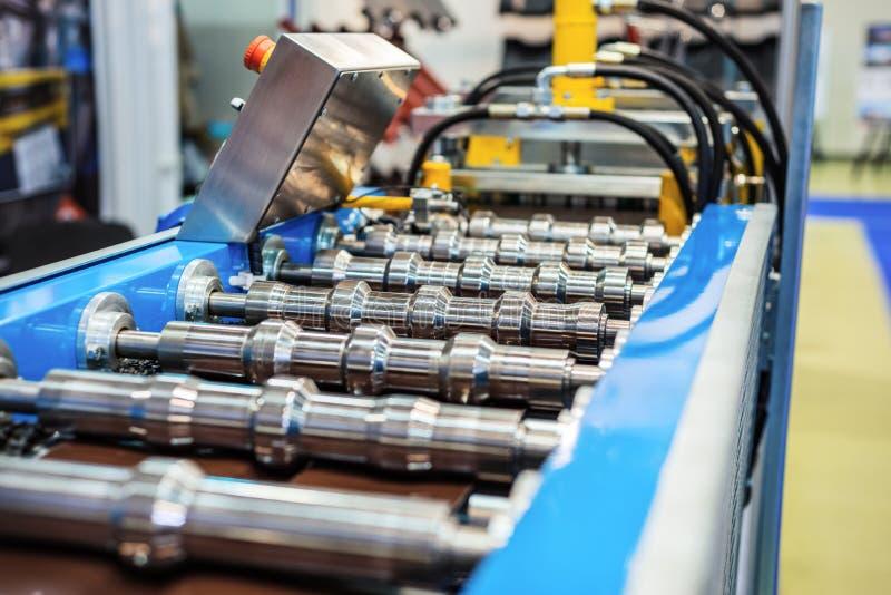 Rolls de una máquina de formación para fabricar un perfil del metal imagen de archivo libre de regalías