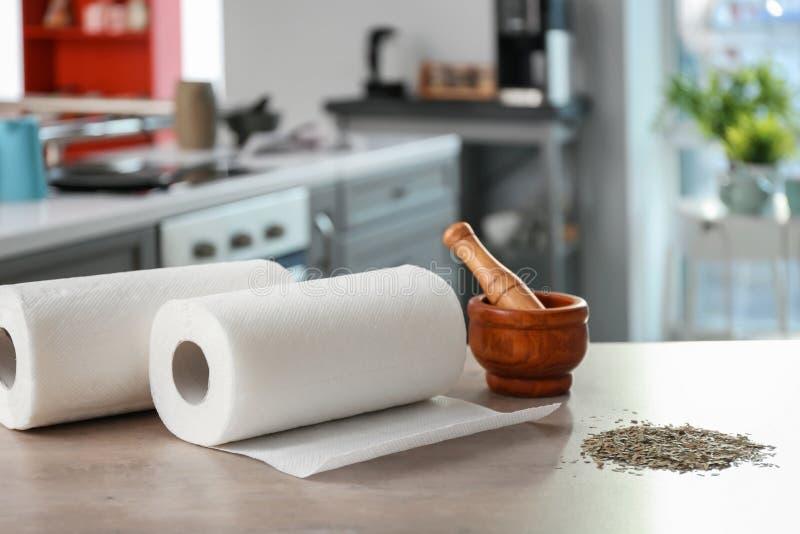 Rolls degli asciugamani di carta, del mortaio e del pestello fotografia stock libera da diritti