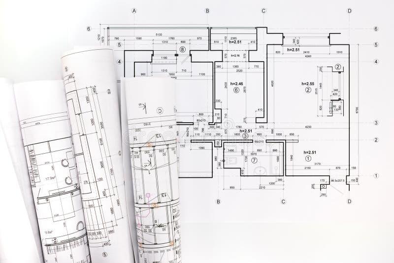 Rolls dei modelli e dei disegni architettonici di progetto fotografie stock