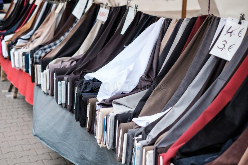 Rolls dei tessuti e dei tessuti sul supporto del mercato da vendere - mercato turco, Berlino fotografie stock libere da diritti
