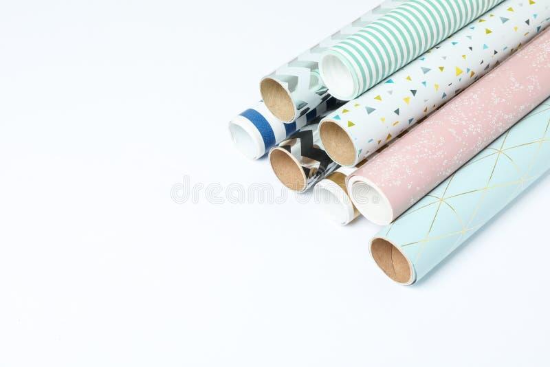 Rolls del documento de embalaje festivo sobre el fondo blanco imagenes de archivo