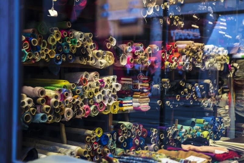 Rolls del panno da vendere in un negozio del tessuto a Roma, Italia immagine stock