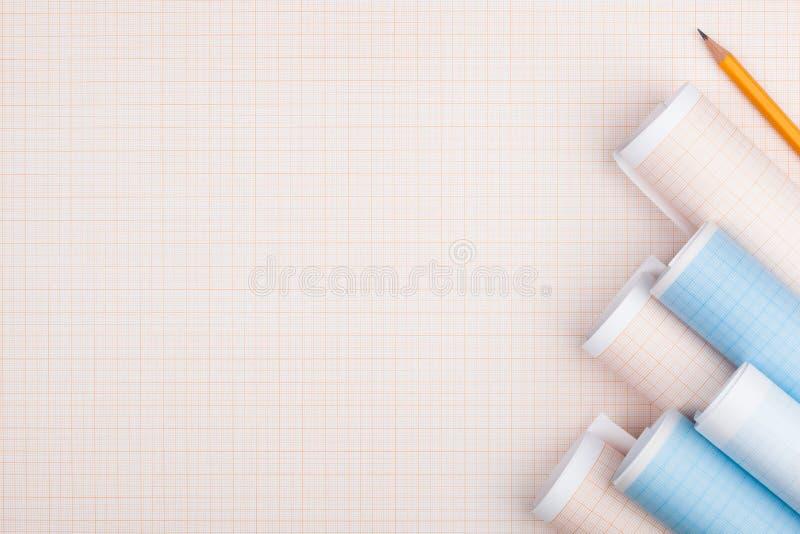 Rolls del papel cuadriculado y del lápiz imagen de archivo libre de regalías
