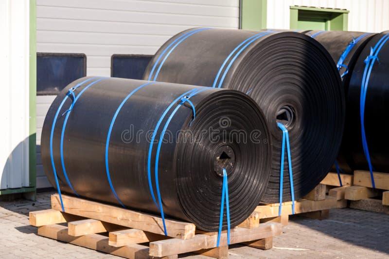 Rolls del plástico industrial negro fotos de archivo