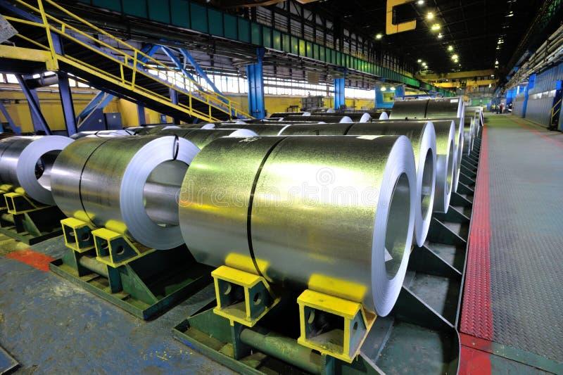 Rolls della lamiera di acciaio in una pianta immagine stock libera da diritti