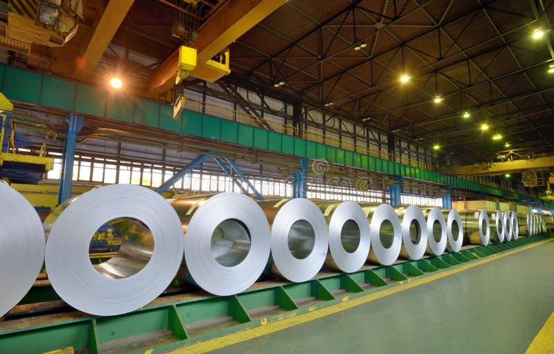 Rolls della lamiera di acciaio in una pianta fotografia stock libera da diritti