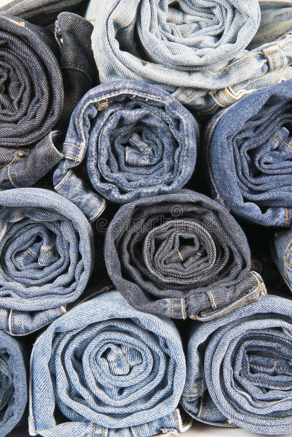 Rolls delle blue jeans portate differenti impilate fotografia stock