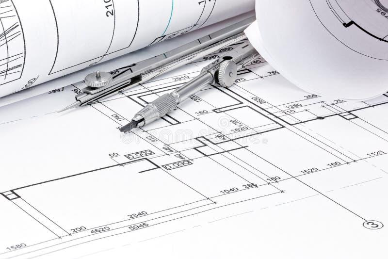 Rolls des Architekturplanes mit Zeichenzirkelnahaufnahme lizenzfreie stockbilder