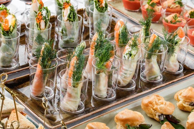 Rolls des Lachskäses, der Avocado und der Grüns der fische mit Sahne auf Bankettisch Delikatessenabschluß oben, Imbiss, Antipasti lizenzfreies stockbild