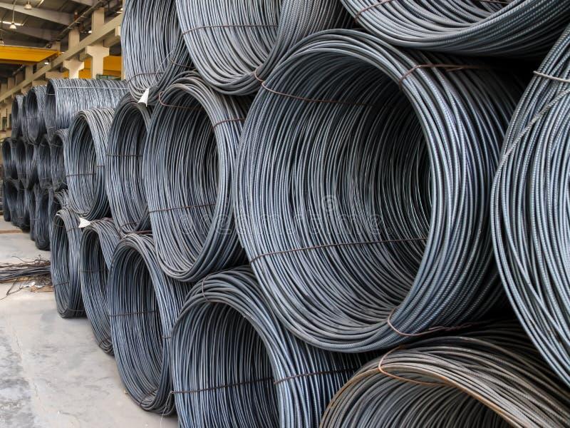 Rolls des Stahls Verstärkungsauf lager innerhalb einer Produktionsanlage des Fertigbetons lizenzfreie stockfotografie