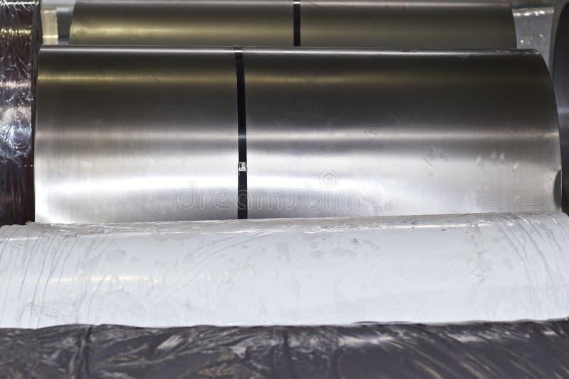 Rolls di acciaio galvanizzato laminato a freddo in azione immagine stock