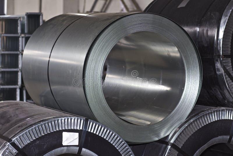 Rolls di acciaio galvanizzato laminato a freddo in azione immagini stock