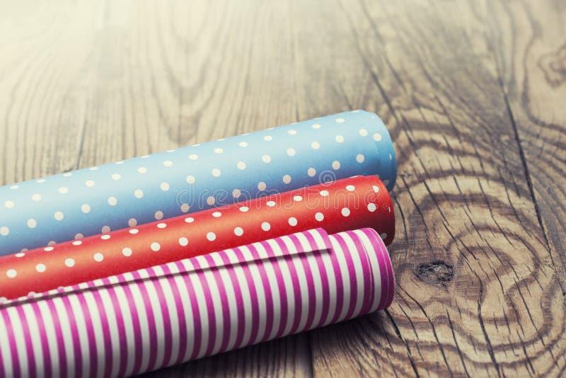 Rolls di carta da imballaggio colorata fotografie stock libere da diritti