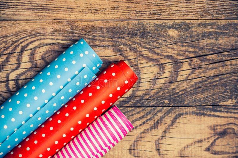 Rolls di carta da imballaggio colorata immagini stock