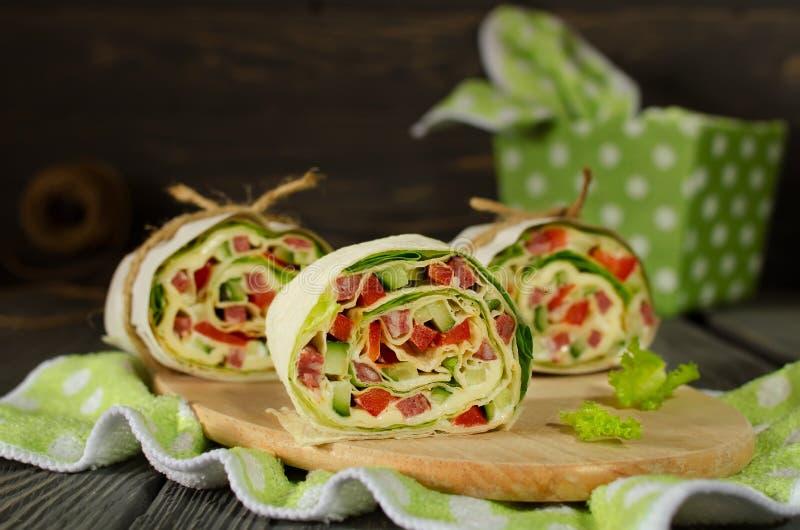 Rolls di pane con le verdure, il formaggio e la salsiccia immagini stock libere da diritti
