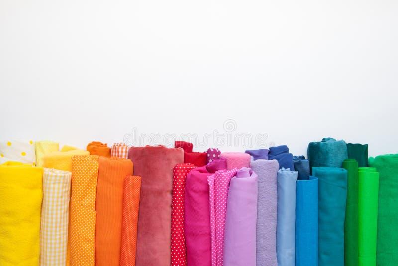 Rolls di tessuto colorato luminoso su un fondo bianco immagini stock libere da diritti