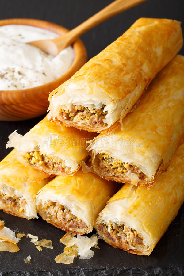 Rolls do filo enchido com carne, ovos e close-up dos verdes Verti foto de stock royalty free