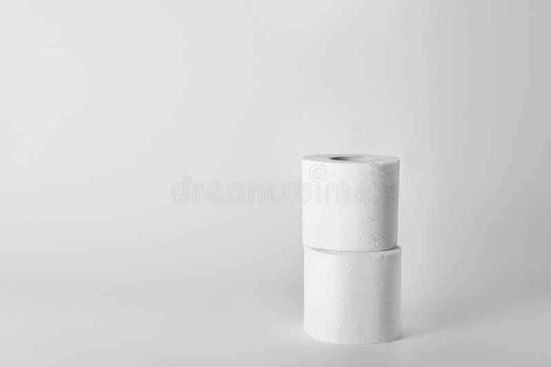 Rolls do papel higiênico no fundo branco imagens de stock