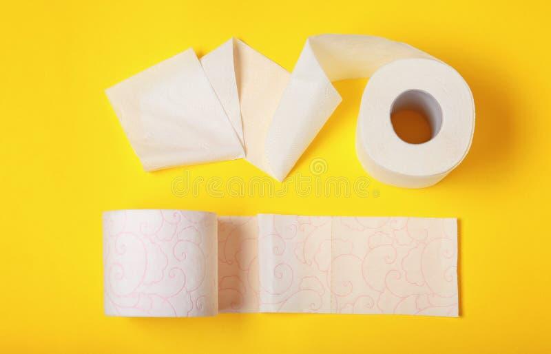 Rolls do papel higiênico no fundo da cor foto de stock