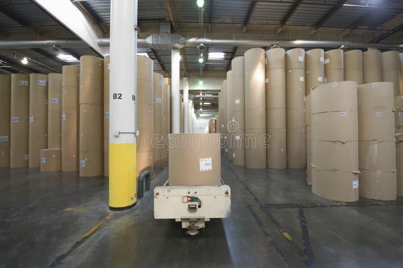 Rolls enorme do papel na fábrica do jornal imagens de stock