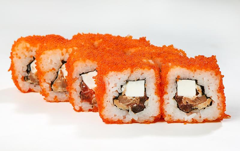 Rolls grillte Lachse, orange tobiko, Fetax-Käse, Tomate, Frühlingszwiebel, weiße Soße lizenzfreies stockbild