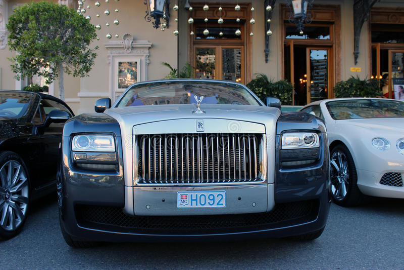 Rolls luxuoso Royce Phantom Parked na frente do Monte - o Carlo foto de stock
