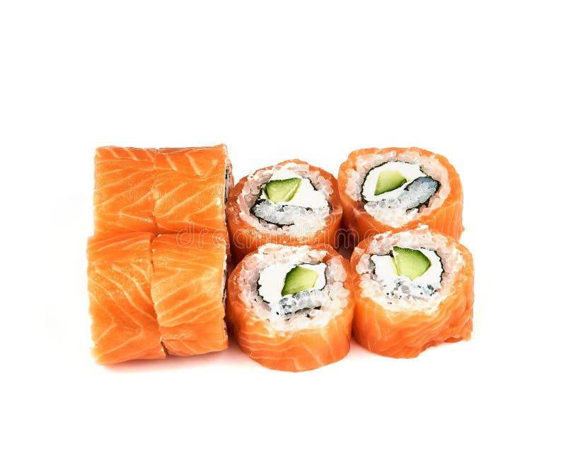 Rolls Philadelphia sushi med gurkan på vit bakgrund med avokadot Japansk mat royaltyfri fotografi