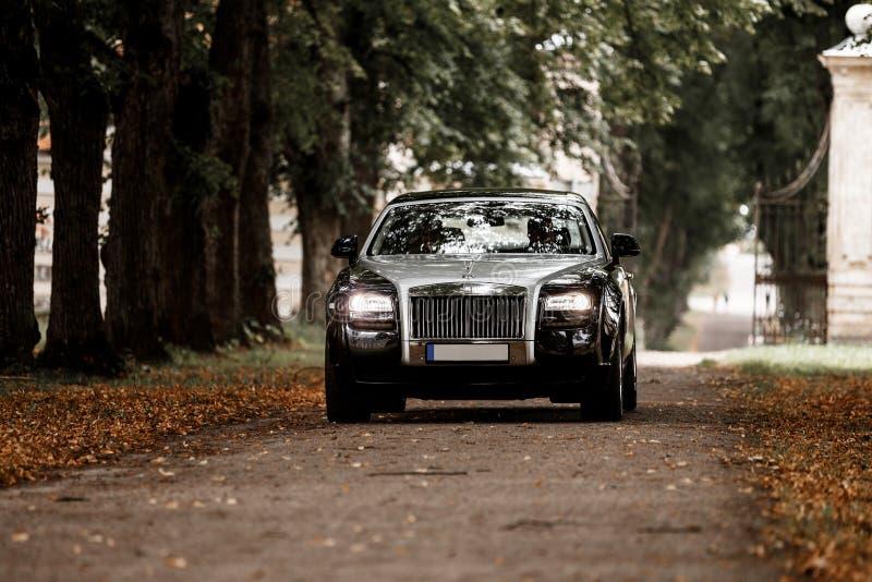 Rolls royce em uma estrada imagens de stock