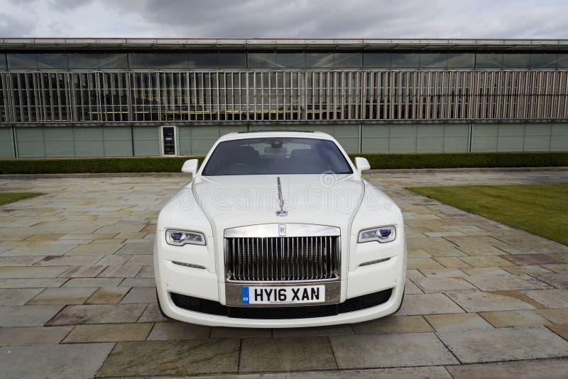 Rolls royce Ghost na frente da planta de Goodwood o 11 de agosto de 2016 em Westhampnett, Reino Unido imagens de stock