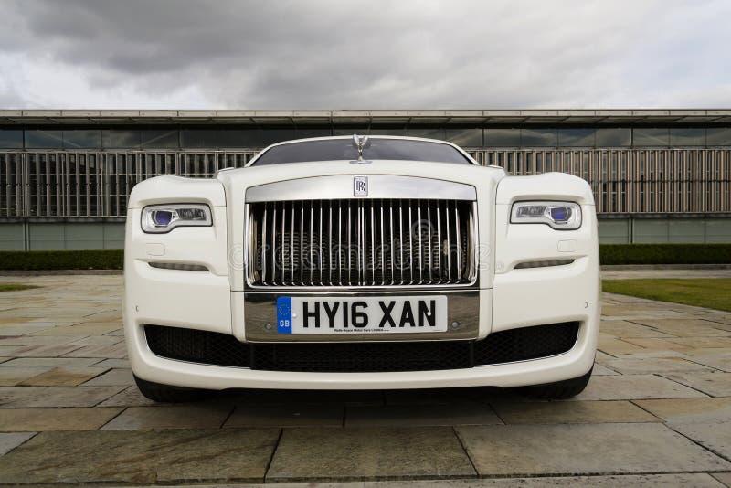 Rolls royce Ghost na frente da planta de Goodwood o 11 de agosto de 2016 em Westhampnett, Reino Unido imagem de stock