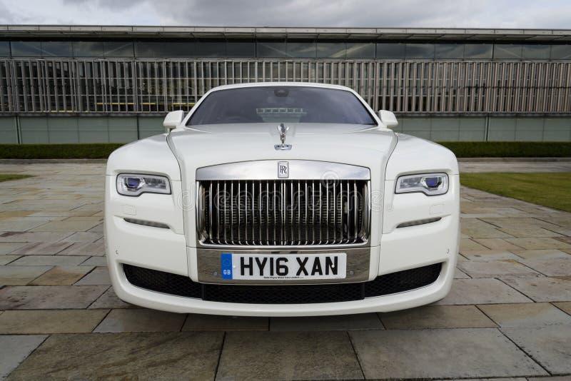 Rolls royce Ghost na frente da planta de Goodwood o 11 de agosto de 2016 em Westhampnett, Reino Unido imagens de stock royalty free