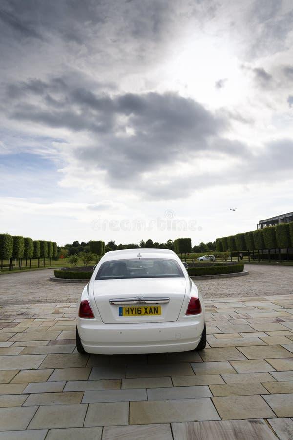 Rolls royce Ghost na frente da planta de Goodwood o 11 de agosto de 2016 em Westhampnett, Reino Unido imagem de stock royalty free