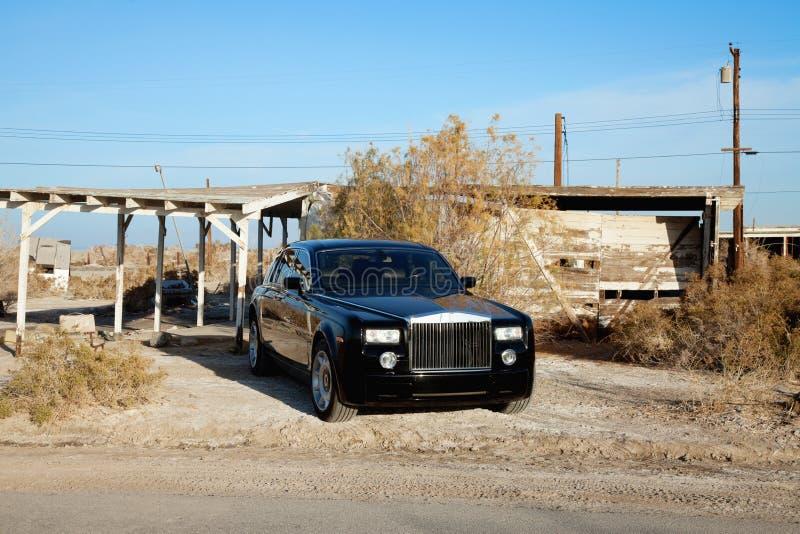 Rolls royce ha parcheggiato sul bordo della strada davanti for Ponte sul davanti della casa