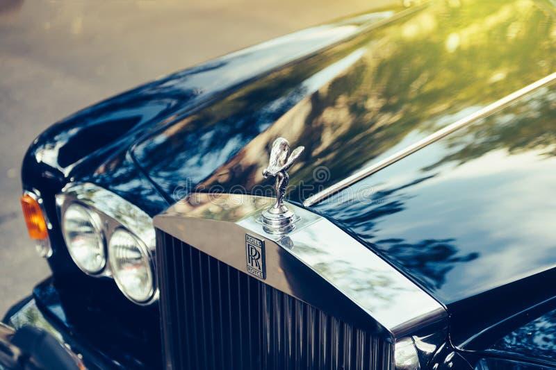 Rolls royce luxuoso estacionada na rua imagem de stock royalty free