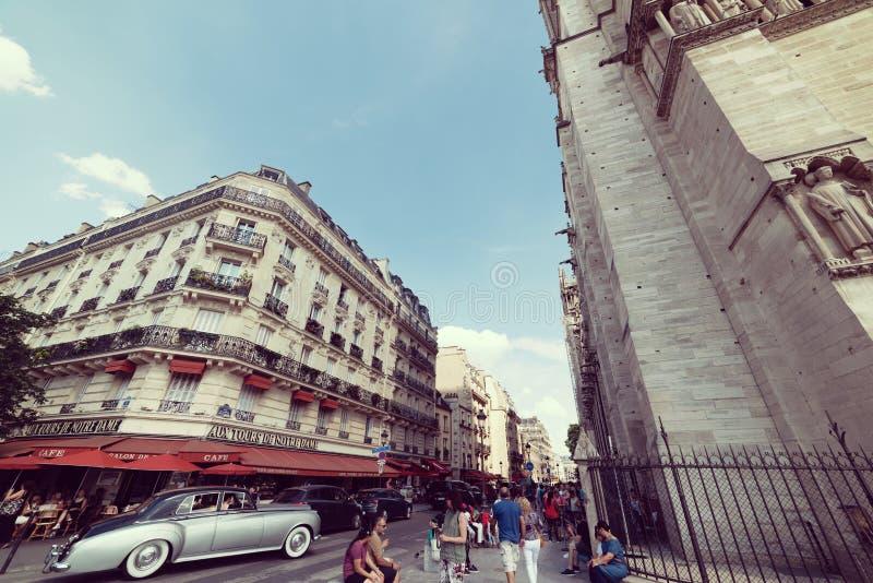 Rolls Royce pela catedral de Notre Dame fotografia de stock